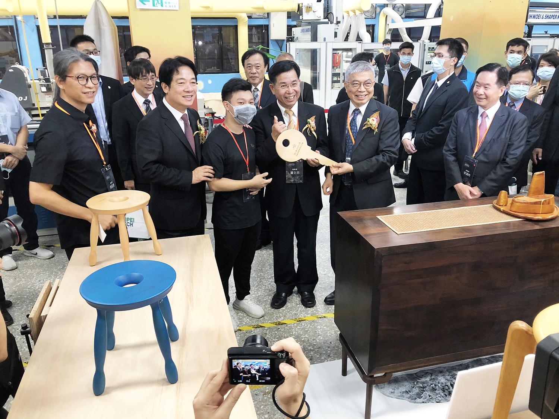 北科大成立 全臺首座自動化「木藝產業基地 」- 聖約翰科技大學
